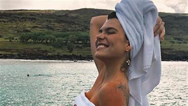 """Mariana Goldfarb posa de toalha em cenário paradisíaco e fã dispara: """"Mulher iluminada"""""""