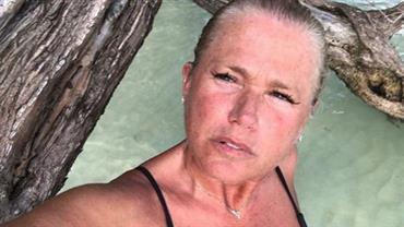 """De topless, Xuxa toma """"sol na laje"""" e foto recebe aviso de """"conteúdo sensível"""""""