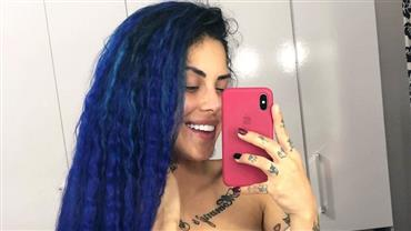"""Tati Zaqui deixa piercing à mostra em selfie seminua e brinca: """"Essa sereia está perdida"""""""