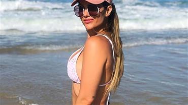 Kelly Key posa de biquíni e ostenta corpão em dia de praia