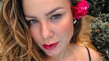 """Ex-BBB Maria Cláudia mostra curvas com biquíni ousado e faz autoelogio: """"Linda, né?"""""""
