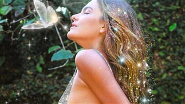 Mariana Goldfarb exibe bumbum ao posar com maiô cavado e brilhante