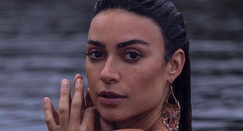 """Thaila Ayala mostra curvas de biquíni e faz graça com bambolê: """"Sextou"""""""