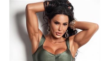 "Gracyanne Barbosa posa com microbiquíni e ""sovaco malhado"" chama atenção"