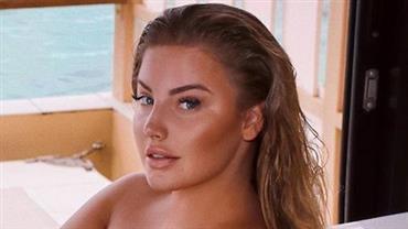 Musa plus size Ashley Alexiss exibe curvas ao posar nua em banheira