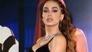 Anitta surge de topless e fio-dental ao postar passo a passo de troca de roupa