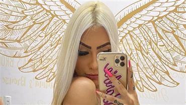 MC Mirella exibe bronzeado intenso ao posar platinada e com biquíni branco