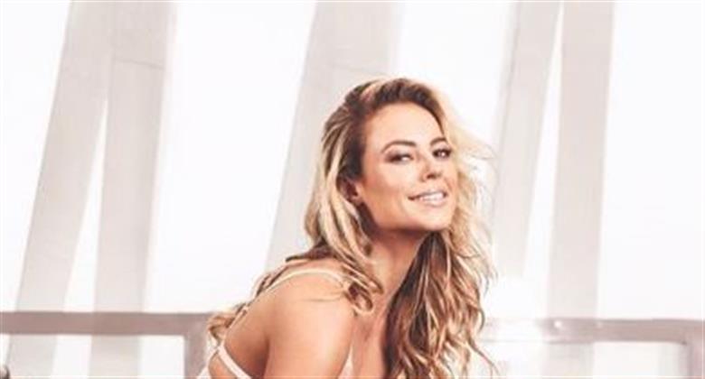 """Só de camiseta, Paolla Oliveira deixa pernões à mostra e fãs se derretem: """"Linda e talentosa"""""""