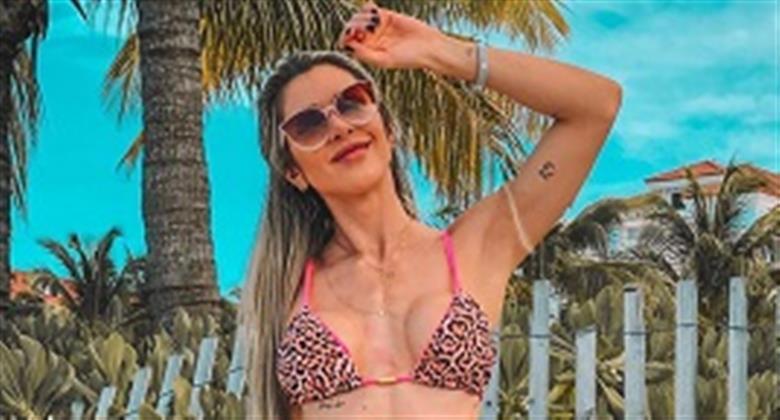 Ex-BBB Tatiele Polyana dá 'puxadinha' estratégica no biquíni e ostenta corpão
