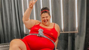 Thais Carla posa com barriga à mostra e anuncia sexo e nome de bebê