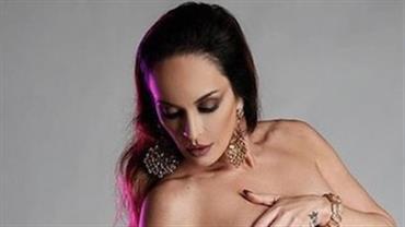 """Aos 46 anos, Núbia Oliiver posta foto nua e pergunta: """"Plena, gostosa ou sexy?"""""""