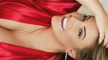 Ousada! Ashley Alexiss posa com look vermelho e exibe decotão