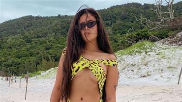 """Hana Khalil posa de maiô cavado na praia e fã repara: """"Essa virilha"""""""
