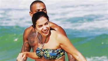 """""""Tapa no bumbum""""? Nego do Borel posta foto com Anitta na praia e gera reações"""