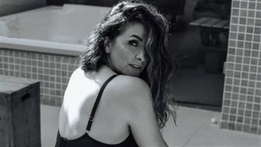 """Aos 47 anos, Luiza Ambiel posa de lingerie e rebate seguidor que a chamou de """"coroa"""""""