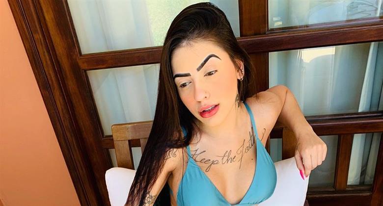 MC Mirella relembra clique de biquíni azul cavado e enlouquece seguidores