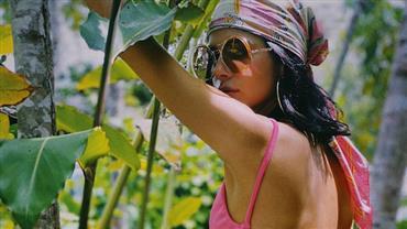 De biquíni, Bruna Marquezine exibe bumbum à milanesa e ostenta barriga chapada