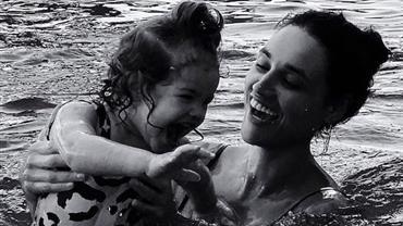 Débora Nascimento se diverte com Bella na piscina e encanta a web