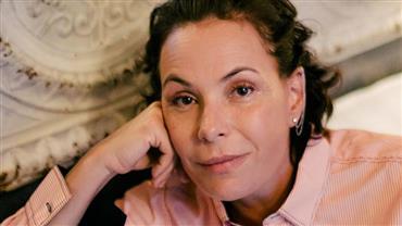 Prestes a completar 52 anos, Carolina Ferraz posa nua e exibe boa forma