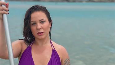 """De biquíni, Maria Cláudia faz aula para aprender a surfar e fã dispara: """"Pisou no Medina"""""""