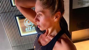 Aos 46 anos, Adriane Galisteu exibe barriga chapada após treino