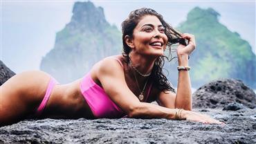 Juliana Paes posa de biquíni e exibe corpão em clique de bumbum pra cima