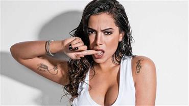 Anitta exibe marquinha sexy em maiô com abertura na frente