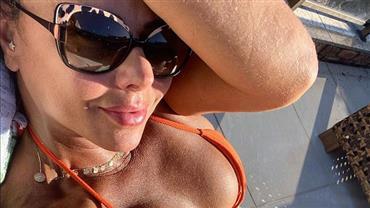 """Em quarentena, Viviane Araújo posa de biquíni e exibe corpo superbronzeado: """"Cor do pecado"""""""
