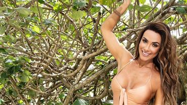 Nicole Bahls ostenta curvas ao posar com maiô decotado e faz alerta sobre o coronavírus