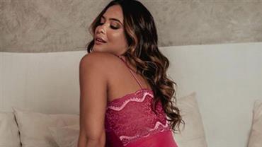 Com body fio-dental, Geisy Arruda posa com bumbum pra cima e comemora na web