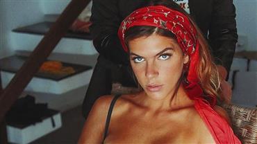 Mariana Goldfarb sensualiza ao posar com calça aberta e alcinha de lingerie caída