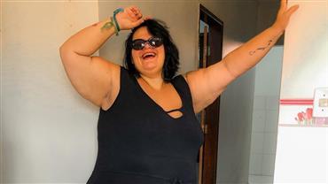"""Thais Carla posa nua durante banho e recebe crítica de seguidor: """"Pra que essa exposição?"""""""