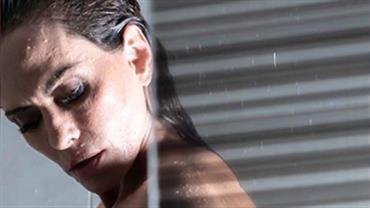 Aos 46 anos, Núbia Oliiver faz topless e sensualiza durante banho