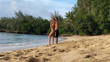 """De biquíni, Cintia Dicker posta foto com Pedro Scooby em praia e fã dispara: """"Doeu o olho de tanta beleza"""""""