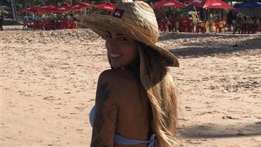 De biquíni, Petra Mattar relembra foto em praia e deixa bumbum avantajado em evidência