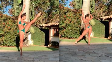 """De biquíni, Aline Riscado comemora Dia Internacional da Dança e fã dispara: """"Que bumbum é esse?"""""""