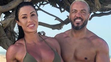 "Gracyanne Barbosa e Belo mostram corpões em foto antiga na praia e fã brinca: ""Rambo e Van Damme"""