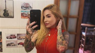 """De topless, ex-BBB Clara Aguilar ostenta curvas e reflete: """"Seja sua melhor versão"""""""