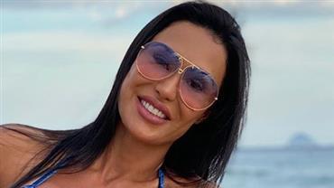 Gracyanne Barbosa exibe corpão sarado com biquíni de fita adesiva
