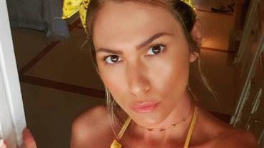 """De biquíni, Lívia Andrade ostenta corpo sarado e conquista elogios dos fãs: """"Maravilhosa"""""""