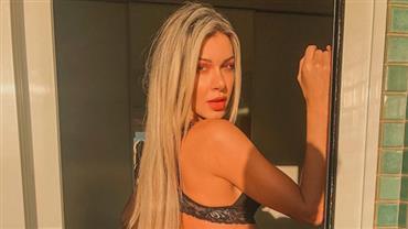 Ex-BBB Tatiele Polyana mostra bumbum avantajado em clique de lingerie