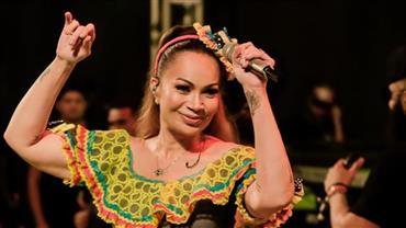 Aos 45 anos, Solange Almeida posta foto com lingerie de renda e deixa marquinha à mostra