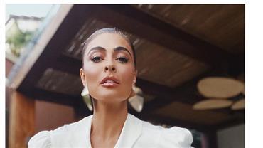 """Juliana Paes sensualiza ao posar com look decotado e brinca: """"Estou me achando"""""""