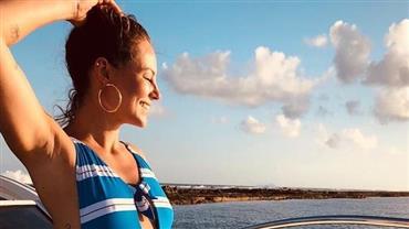 """Paolla Oliveira posta fotos com maiô cavado em barco: """"Pra não perder o costume"""""""