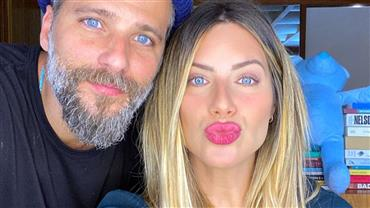 """Giovanna Ewbank posa de topless ao lado de Bruno Gagliasso e brinca: """"Tem alguém entre nós"""""""