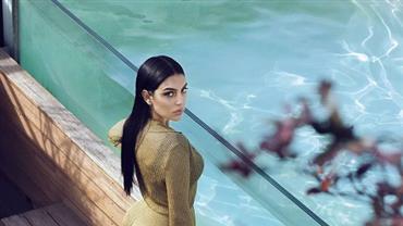 Esposa de Cristiano Ronaldo, Georgina Rodríguez surge à beira da piscina e exibe bumbum avantajado