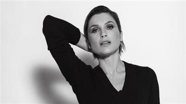 """Aos 46 anos, Flávia Alessandra posa com lingerie e deixa pernões à mostra: """"Sinceridade é a chave"""""""