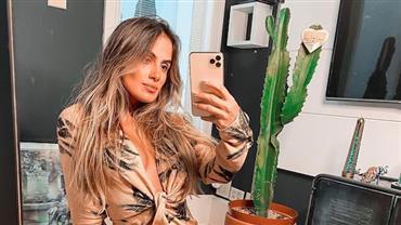 Carol Peixinho faz selfie com look decotado e deixa corpo bronzeado à mostra