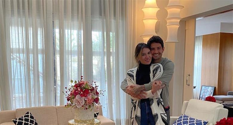 Com bolo gigante, Rebeca Abravanel e Alexandre Pato comemoram bodas de papel
