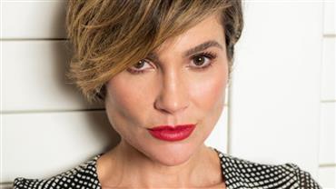 """Com maiô cavado, Flávia Alessandra turbina bronzeado e seguidor questiona: """"Tem certeza que tem 46 anos?"""""""